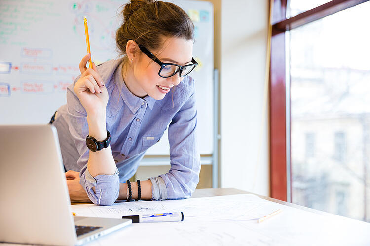Prepare a content marketing plan - young woman planning at desk