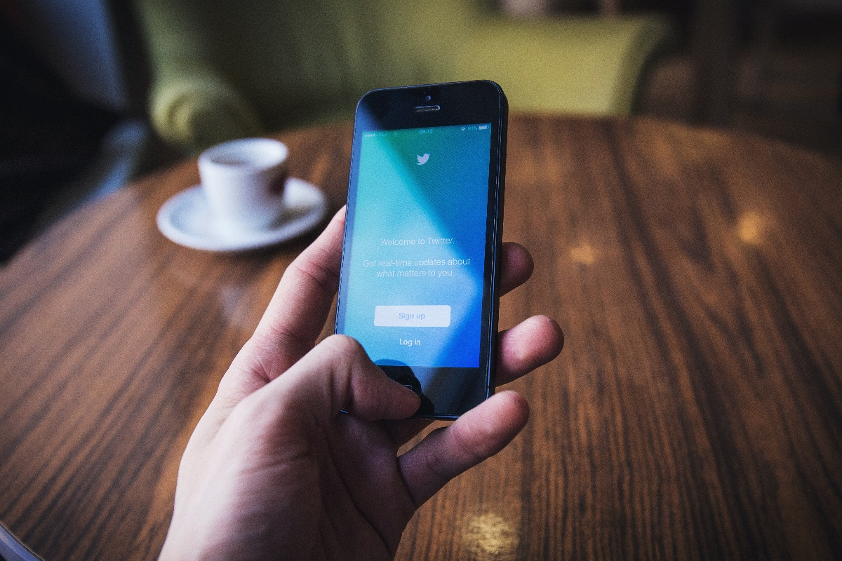 Hand holding phone with Twitter | social media best practices | healthcare industry